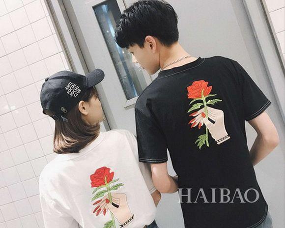 韩国小姐姐街拍,T恤+短裙简单又轻快
